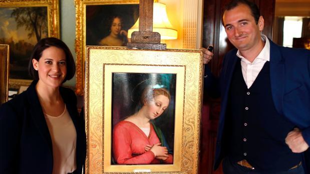 Jacky Klein y Bendor Grosvenor, con la obra en Haddo House