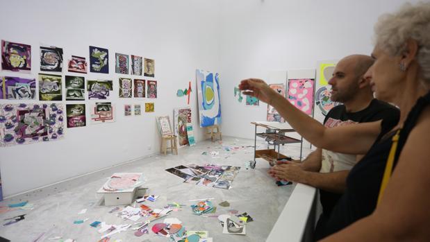 Visitantes en la muestra de Luis Gordillo en el Centro Andaluz de Arte Contemporáneo