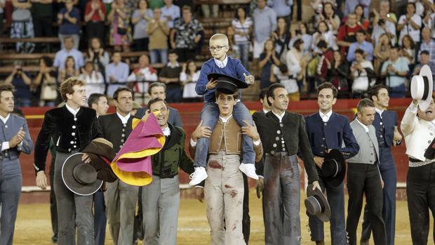 Los toreros sacan a hombros a Adrián