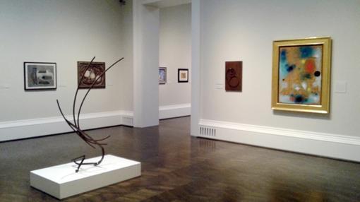 Una de las salas de la exposición, donde se mezcla pintura y escultura