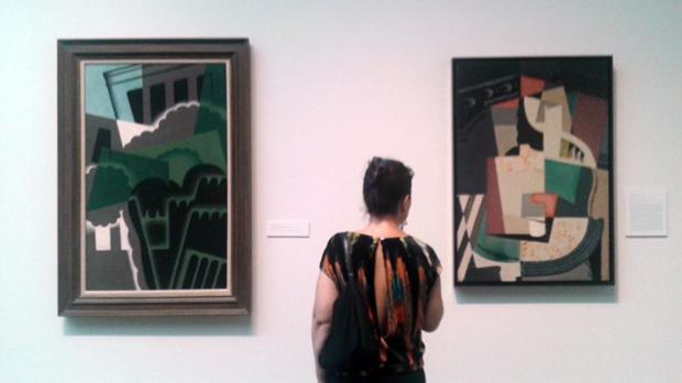Una mujer admira obras de Juan Gris y María Blanchard en la exposición