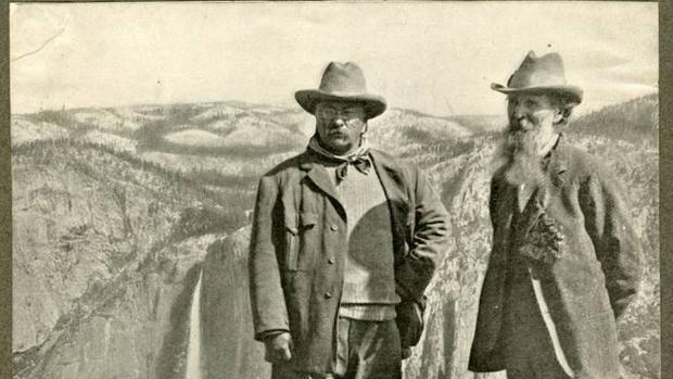Muir, a la derecha, junto al presidente Roosevelt durante una visita al Parque Nacional de Yosemite en 1903