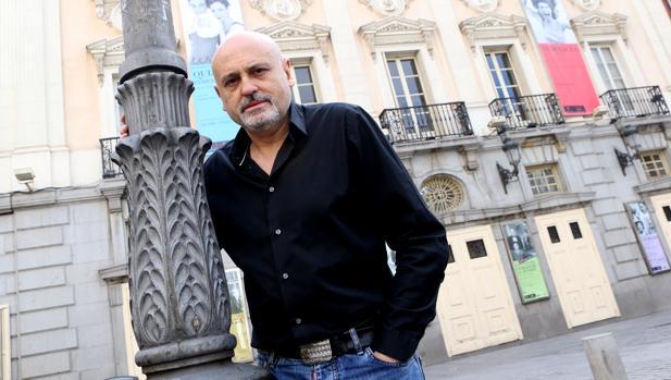 Juan Carlos Pérez de la Fuente, ante el Teatro Español en abril de este año