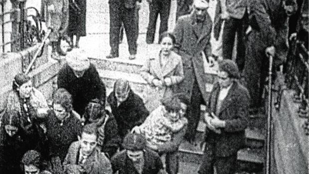 Madrileños refugiándose en el metro durante un bombardeo de la aviación nacional