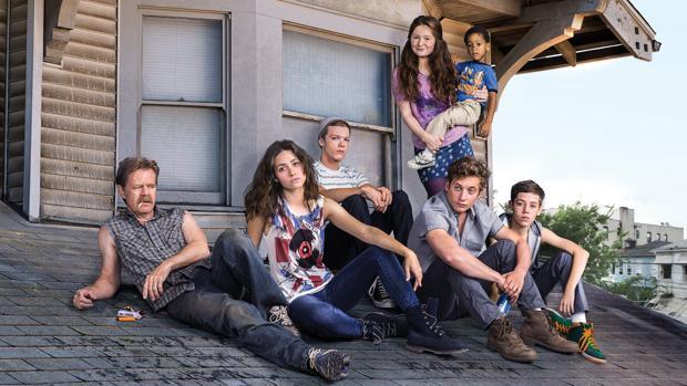 La desastrosa familia Gallagher en el tejado de su casa, en una imagen de la cuarta temporada