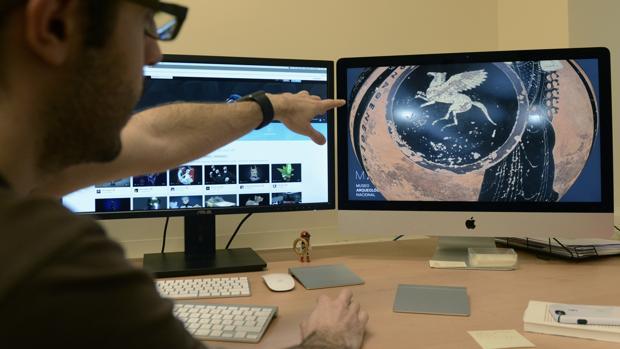 Néstor F. Marqués muestra uno de los vasos griegos digitalizados en el laboratorio de la Academia de Bellas Artes