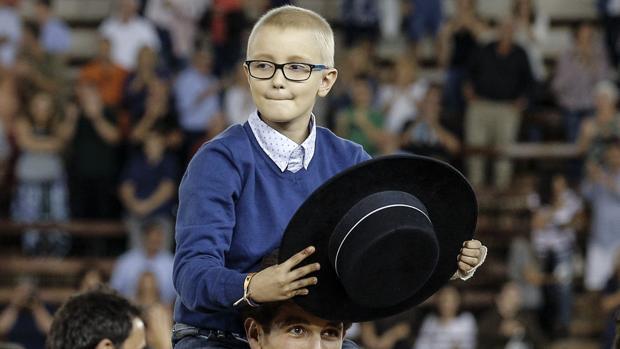 Adrián, a hombros de Ginés Marín en Valencia
