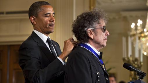 Bod Dylan, recibiendo la Medalla de la Libertad de manos de Barack Obama
