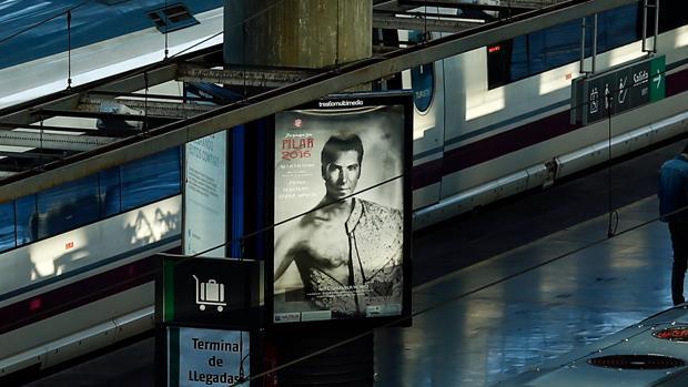 Cayetano, en la publicidad de la estación de Atocha, en Madrid