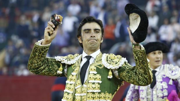 Miguel Ángel Perera pasea la única oreja del festejo