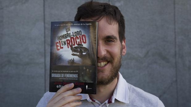 Julio Muñoz Gijón con un ejemplar de su última novela