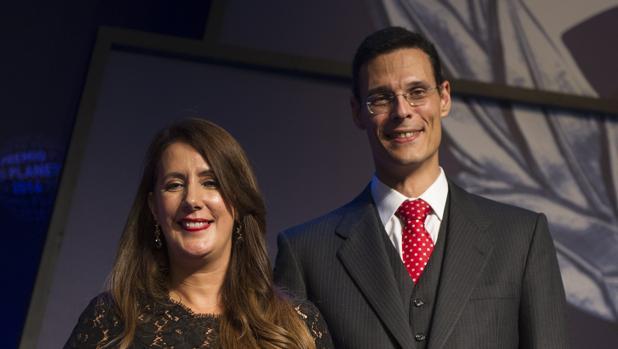 Marcos Chicot junto a Dolores Redondo, los triunfadores del Premio Planeta
