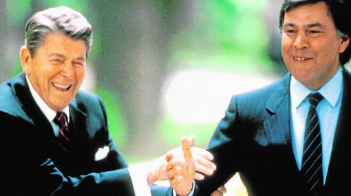 El presidente de Estados Unidos, Ronald Reagan, junto al presidente del Gobierno, Felipe González, en el Palacio de la Moncloa el 7 de mayo de 1985