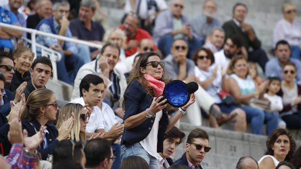 Daniel Menes brinda un toro a Raquel Sanz, viuda del diestro Victor Barrio, en Las Ventas