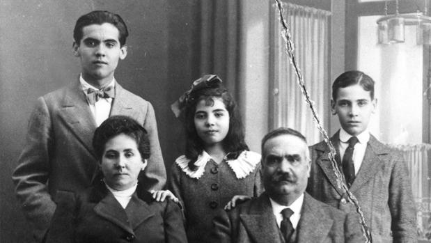 Federico García Lorca, con su familia en 1915, un año antes de visitar Ávila