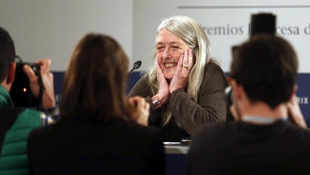 Mary Beard, feliz, atiende a los medios en Oviedo
