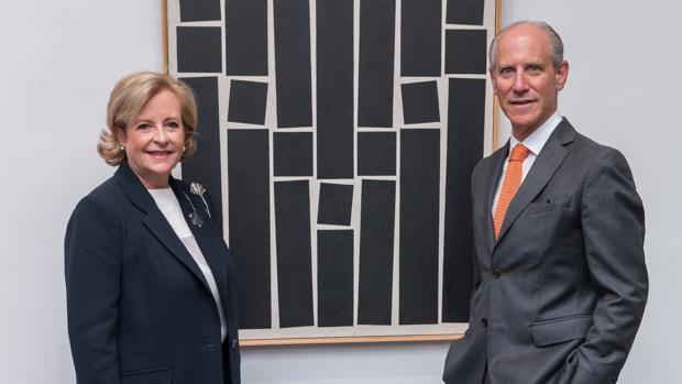 Patricia Phelps de Cisneros y Glenn Lowry, director del MoMA, junto a una obra del artista brasileño Hélio Oiticica
