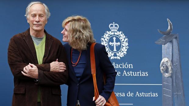 El escritor estadounidense Richard Ford, a su llegada a Oviedo acompañado de su mujer, Kristina Ford