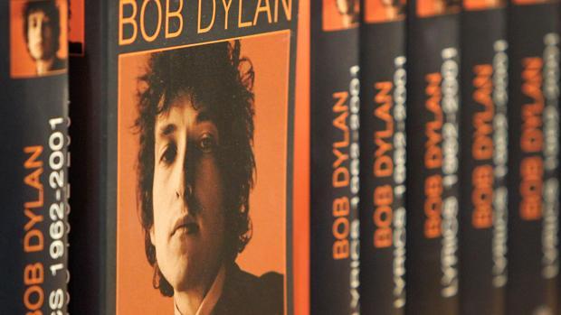 Ejemplares de un libro con las letras de Bob Dylan