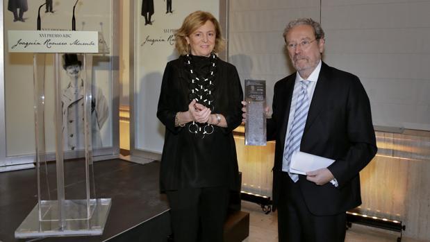 Catalina Luca de Tena entrega el premio a José Antonio Gómez Marín