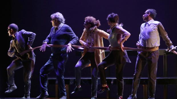 El espectáculo «Zenit» que Els Joglars lleva a las tablas del Lope de Vega