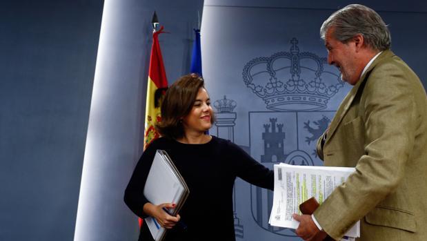 Soraya Sáenz de Santamaría vicepresidenta del Gobierno en funciones, junto a Iñigo Méndez de Vigo, en la rueda de prensa posterior al Consejo de Ministros