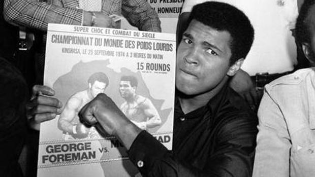 Mohamed Alí muestra en septiembre de 1974 el cartel donde se anuncia el combate de los pesos pesados en el que, un mes más tarde, derrotaría a George Foreman