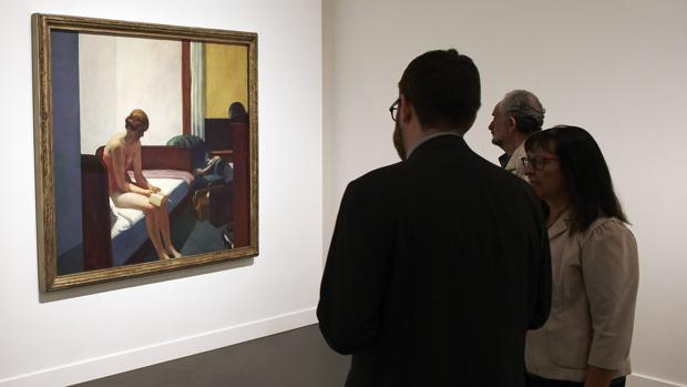 Un grupo de visitantes observa «Habitación de hotel», de Hopper