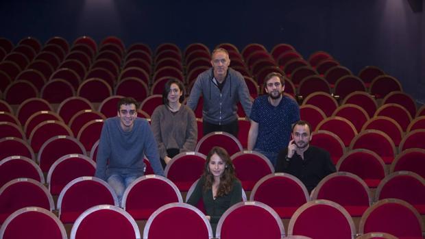 De izquierda a derecha: Nacho Sánchez, Macarena Sanz, Miguel del Arco, Gon Ramos, Irene Escolar y Alessio Meloni en el patio de butacas del El Pavón Teatro Kamikaze