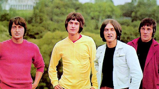 The Kinks, con Ray Davies (segundo por la izquierda) junto a su hermano Dave