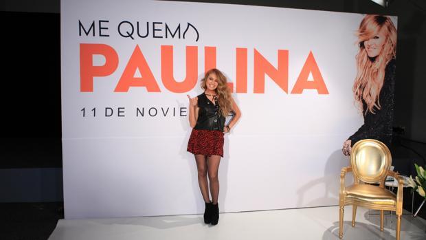 La cantante Paulina Rubio durante la presentación del single «Me quema»