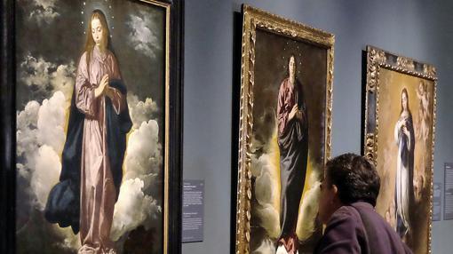 En una pared cuelgan tres Inmaculadas: las de la izquierda y el centro, de Velázquez; la de la derecha, de Murillo