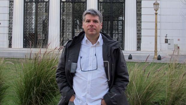 Agustín Comotto en el lugar donde Simón Radowitzky atentó contra Ramón Falcón, delante del cementerio de Recoleta, en Buenos Aires