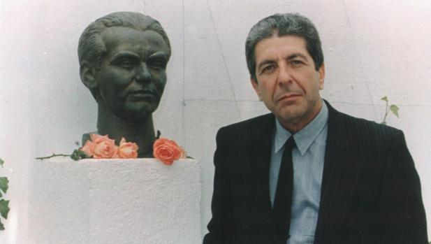 Leonard Cohen junto a un busto de Federico García Lorca