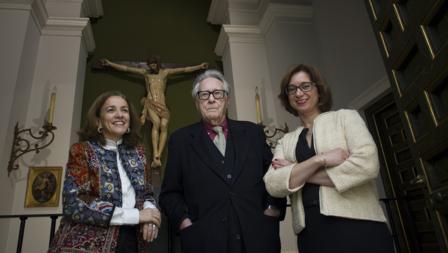 Las autoras de la investigación y el director de la Academia junto al Cristo de Pompeo Leoni, una pieza cuya museografía cambió en 1934 coincidiendo con el congreso