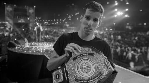 Skone posa con el cinturón de campeón de 2016