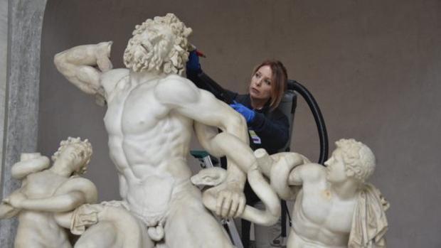 Cuidados al Laoconte en los Museos Vaticanos