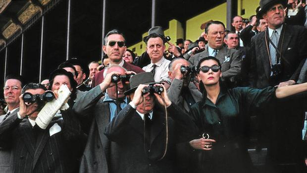 «Espectadores en el hipódromo de Longchamp» (ca. 1952)