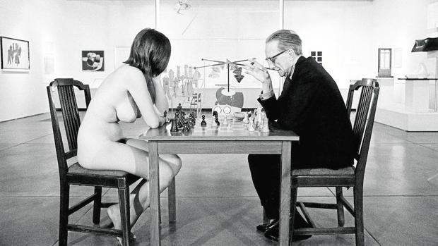 Duchamp, fotografiado por Julian Wasser mientras jugaba contra una modelo desnuda en Pasadena