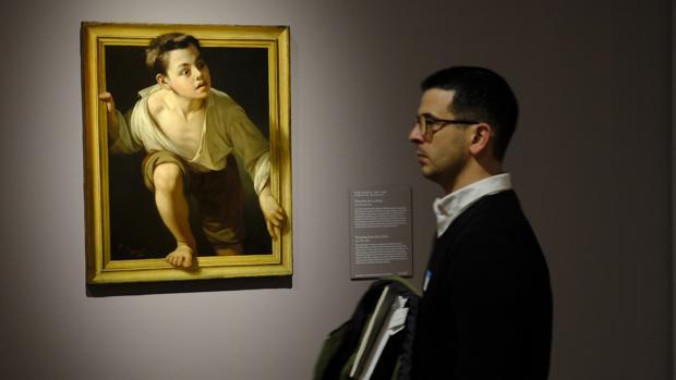 UN hombra pasa junto a «Huyendo de la crítica», de Pere Borrell y del Caso