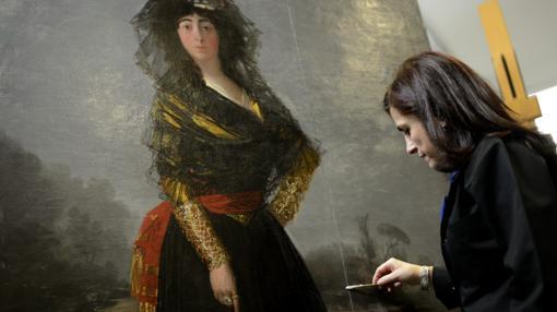 Almudena Sánchez trabaja en la línea vertical que cruza el lienzo