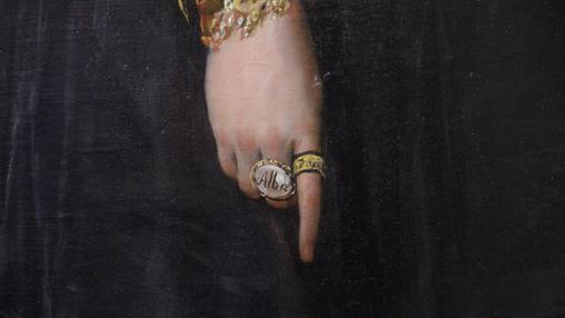 Las palabras «Alba» y «Goya» no las incluyó el pintor en las sortijas que porta la duquesa. Fueron añadidas posteriormente