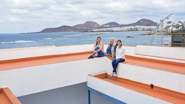 La viuda de Padorno, Josefina Betancor, y sus nietas Silvia (izquierda) y Raquel, en Punta Brava, la casa del poeta en la playa de Las Canteras (Las Palmas)