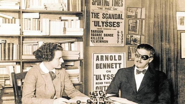 Joyce con Sylvia Beach, la primera editora de «Ulises