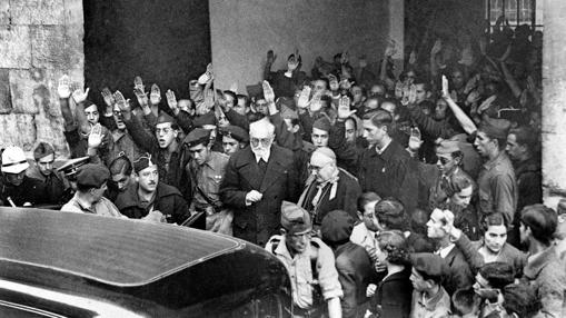 Rodeado de camisas azules que lo increpan, Unamuno abandona en 1936 el paraninfo de la Universidad de Salamanca