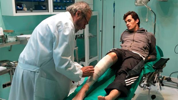 El torero Daniel Luque siendo tratado de la cornada sufrida en Lima (Perú)