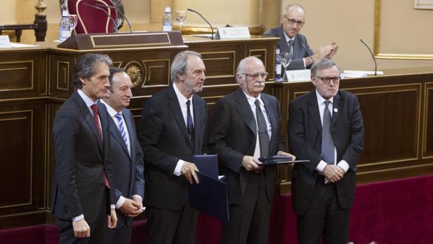 Guillermo Vázquez Consuegra (en el centro) junto a Íñigo de la Serna (izquierda) en el Senado