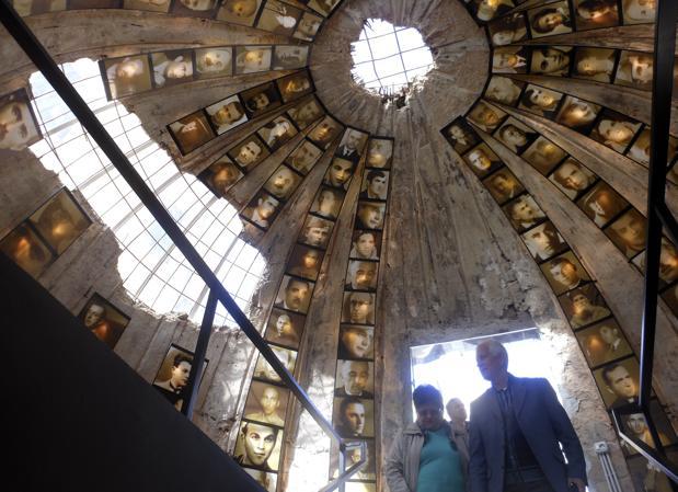 La «Columna», como se le llamaba a este lugar durante el comunismo, fue construida en secreto durante los años 1981 y 1986 para dar cobijo a los altos cargos de la policía y del Ministerio del Interior en el caso de un ataque enemigo