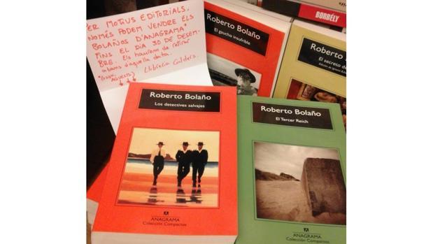La librería Calders, en Barcelona, tuvo que poner un cartel para advertir a sus clientes que tendrían que devolver los títulos de Bolaño publicados por Anagrama