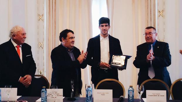 López Simón recibe el trofeo